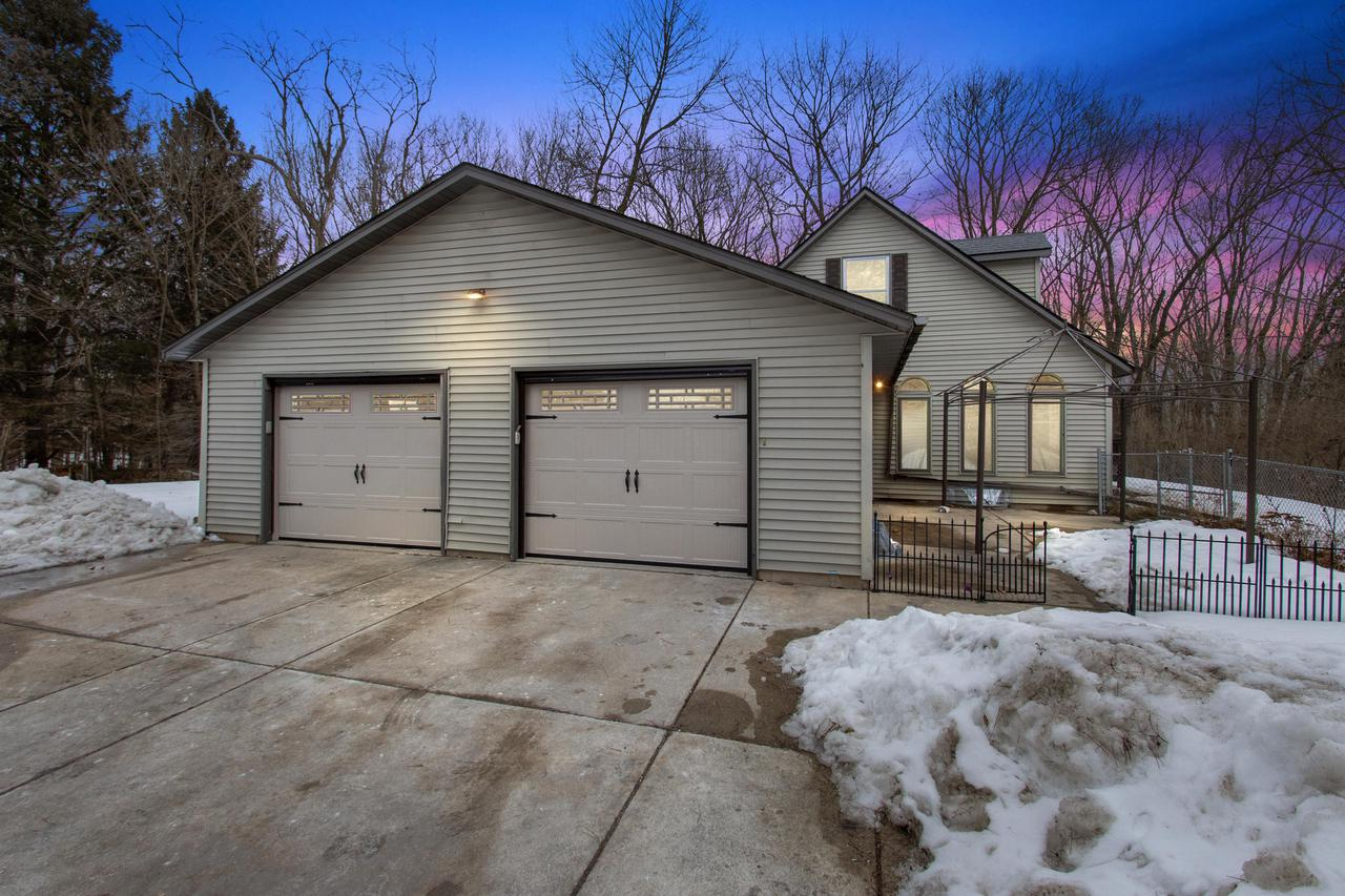 W229S8060 Big Bend Dr DRIVE, VERNON, WI 53103
