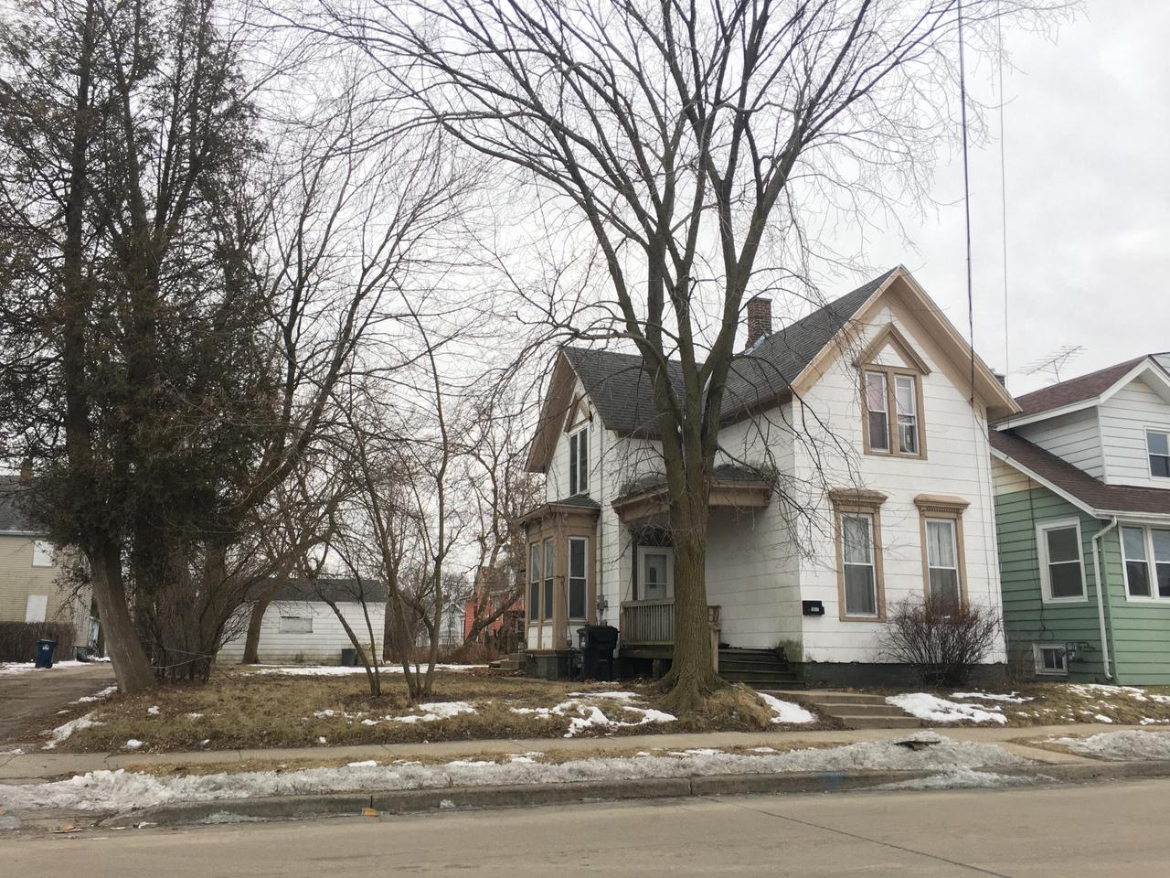 DON'T SETTLE FOR RENTING ANY LONGER! ISN'T IT TIME TO INVEST IN YOU?! THIS 5 BEDROOM HOME COULD BE A WONDERFUL HOME OR YOUR NEXT INVESTMENT.  HAS GREAT POTENTIAL.  CURRENTLY HAS A TENANT PAYING $900.00 MO.  HOME IS ON A LARGE CITY LOT.
