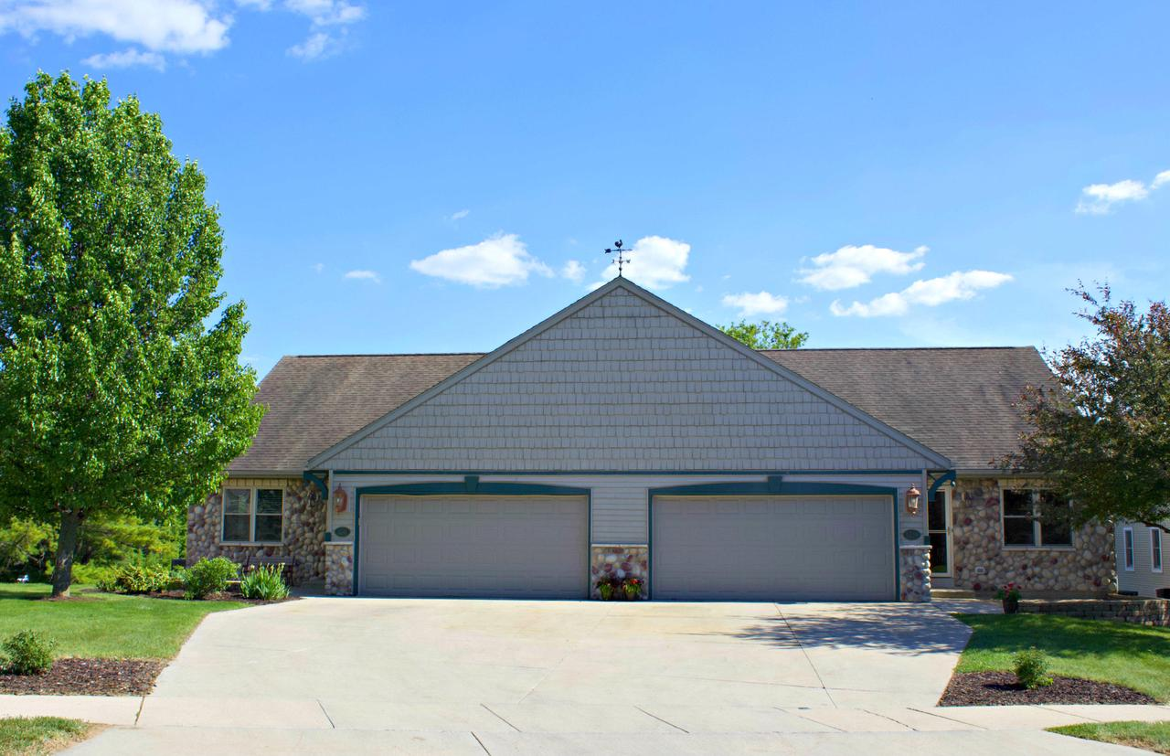 1209 Firethorn Dr DRIVE 1211, WEST BEND, WI 53090